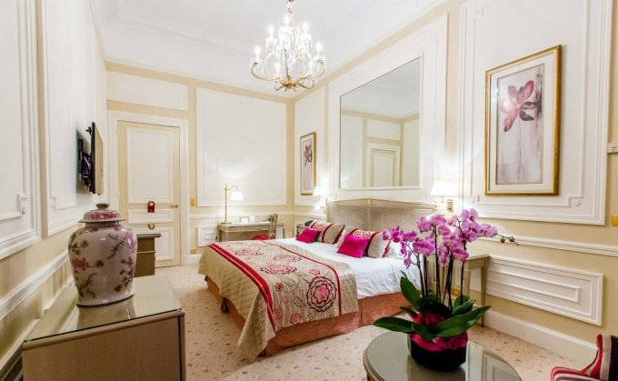 Example of a luxury room at the Hôtel du Palais